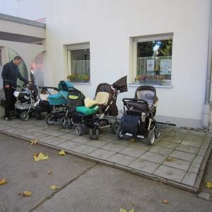 Fahrradabstellplatz wird zum Kinderwagenparkplatz  (Foto: Margit Müller)