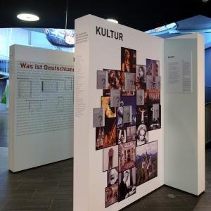 """Ausstellung """"Deutschland für Anfänger""""(Foto: Merk)"""