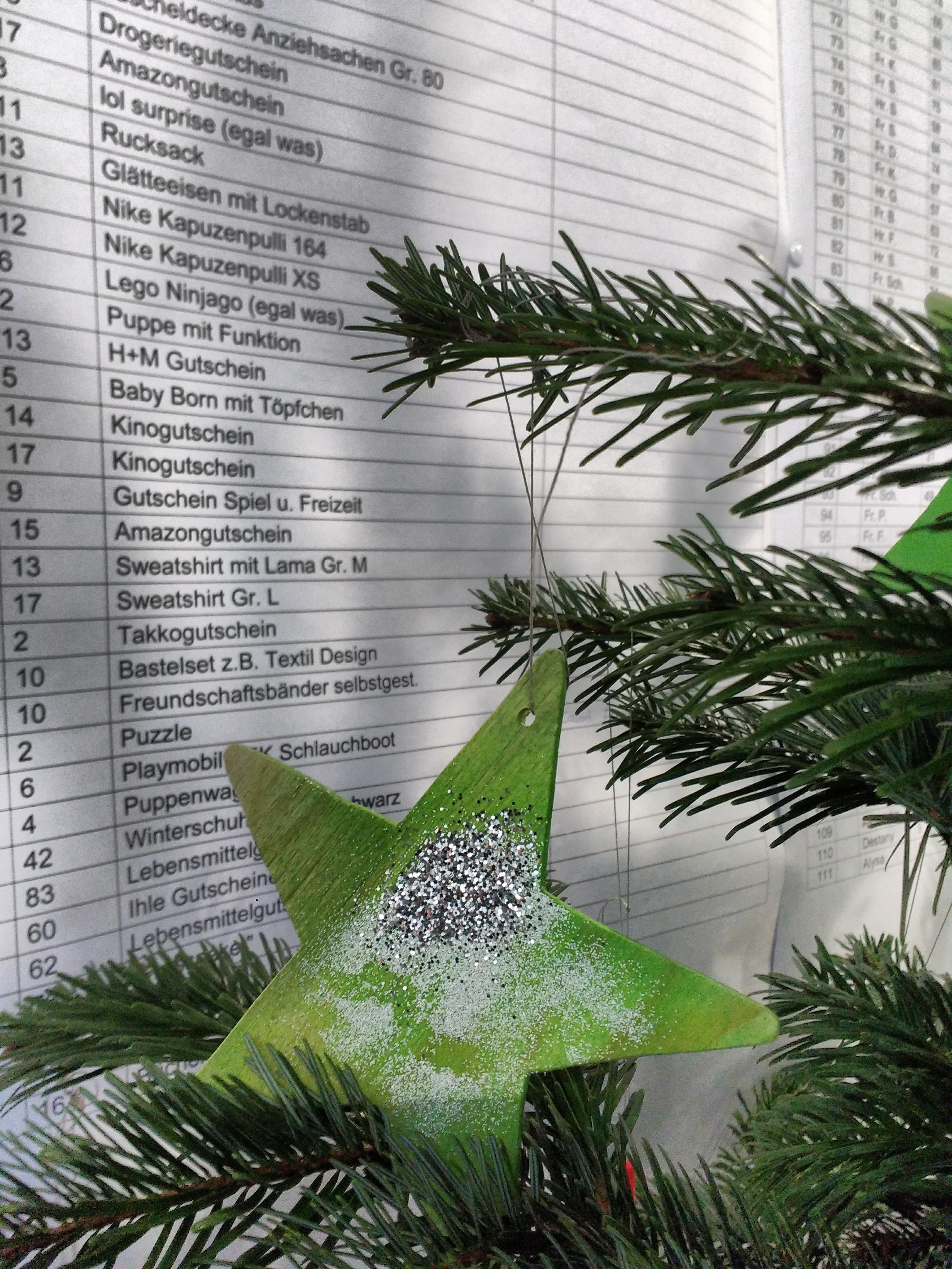 """Wunschbaum steht: """"Geschenke frei"""" für bedürftige Gersthoferinnen und Gersthofer"""