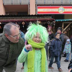 Erster Bürgermeister Michael Wörle mit Luzia Reiter als Gero der Lechnix, dem Maskottchen des Basars
