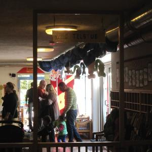 Interessierte Besucher in der Kinderkrippe  (Foto: Margit Müller)