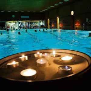 Schwimmen bei Kerzenschein im Hallenbad (Pressefoto: Marcus Merk)