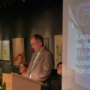 Michael Wörle verleiht Kunstpreis für bildende Kunst 2014 an Anja Güthoff, der Publikumspreis ging an Adolf Reindl (Foto: Kulturamt)