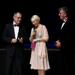 von links: Bgm Michael Wörle, die Moderatorin Angie Roß, Kulturamtsleiter Helmut Gieber