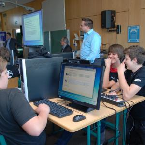 Herr Ostermayr (Informatiklehrer) unterstützt und überwacht die Projektarbeit. (Foto: PH-Soft-Computer)