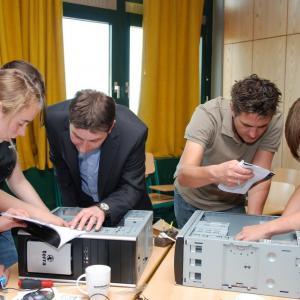 Neue Hardware-Beschaffung der Stadt für den Informatikraum. Die Schüler bauen sich ihren eigenen PC im Rahmen eines Workshops. (Foto: PH-Soft-Computer)